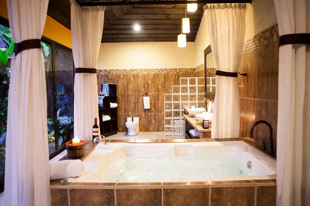Jacuzzi Interior Medidas.Hotel Arenal Springs Master Suite